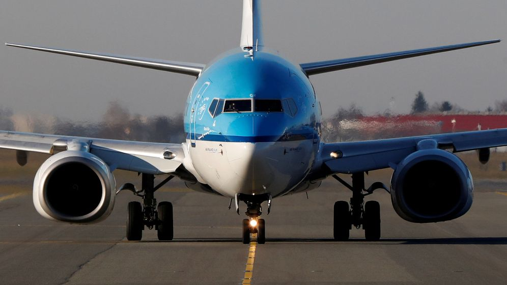 Foto: Un KLM Boeing 737-7k2 en el aeropuerto de Varsovia (Polonia). (Reuters)