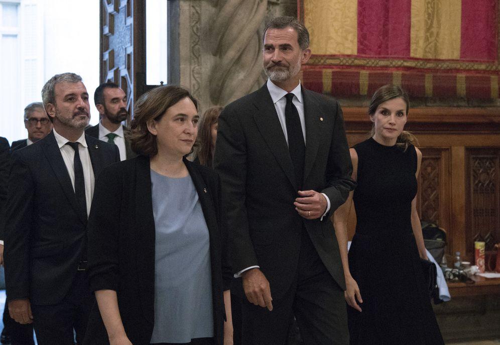 Foto: Ada Colau, Felipe VI y doña Letizia, en el Ayuntamiento de Barcelona. (Sergio Barrenechea / Reuters)