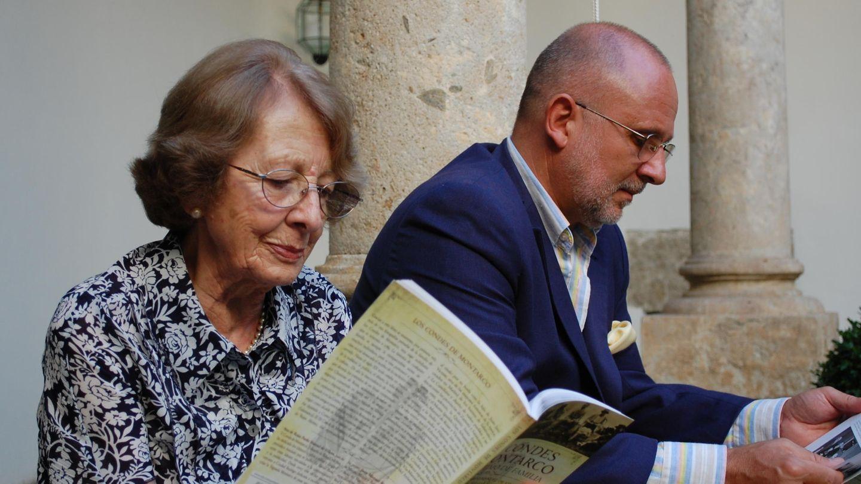 Rodrigo Zuazo con su madre, Blanca de Rojas Pardo-Manuel de Villena, hermana de Ana, ya fallecida. (Archivo familiar)