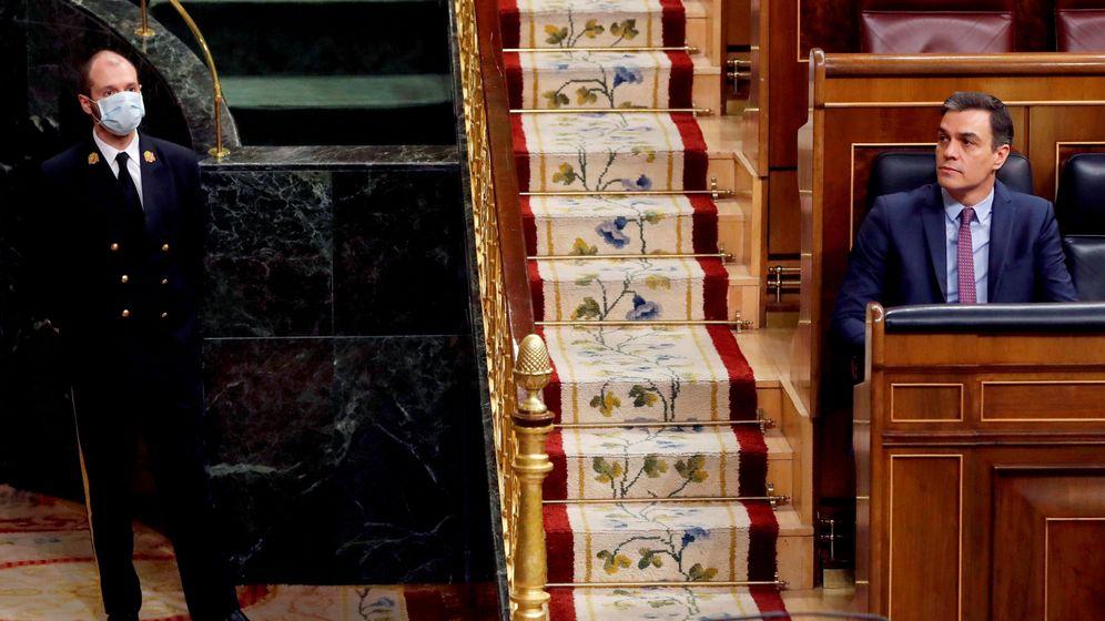 Foto: Pedro Sánchez en el Congreso. A su derecha, un ujier con mascarilla para protegerse del coronavirus. (Reuters)