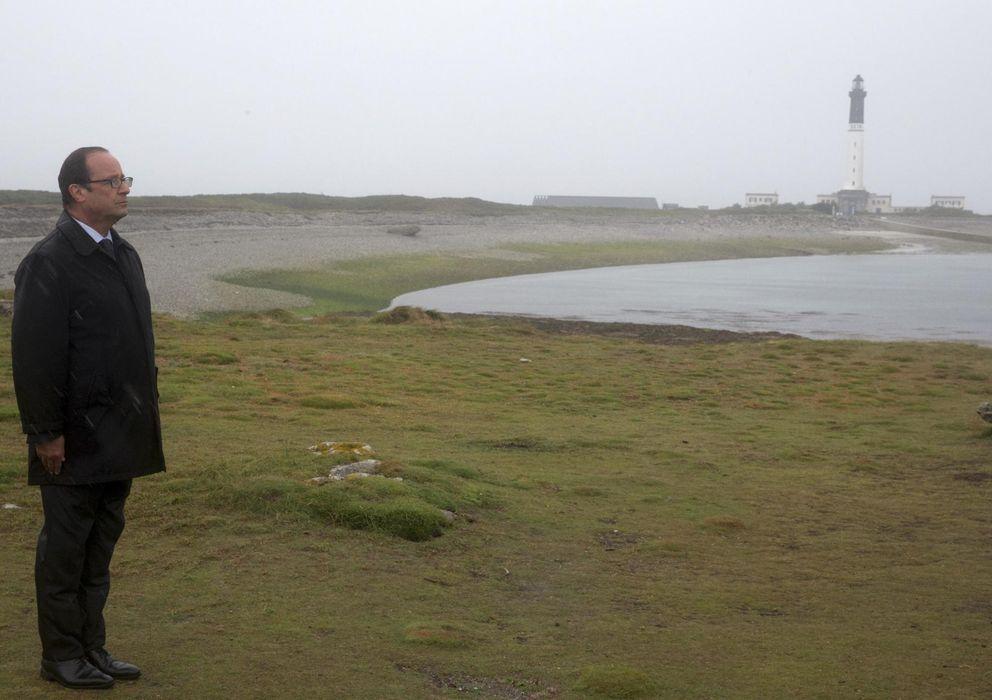 Foto: Hollande atiende, bajo la lluvia, la ceremonia en la isla de Sein.