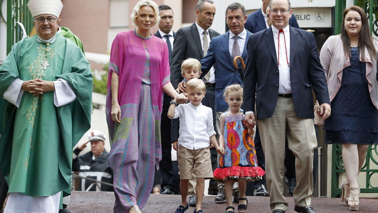 Foto: Charlène y Alberto de Mónaco con sus hijos en el tradicinal picnic de Mónaco. (EFE)
