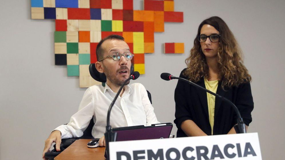 Foto: El secretario de Organización de Podemos, Pablo Echenique, y la portavoz adjunta Noelia Vera, durante una rueda de prensa en la sede del partido. (EFE)