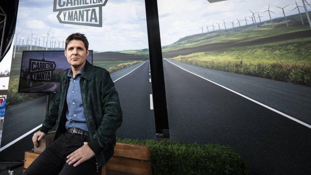 Foto: Cintora saca los colores al alcalde de Vigo en el estreno de 'Carretera y manta'. (La Sexta)