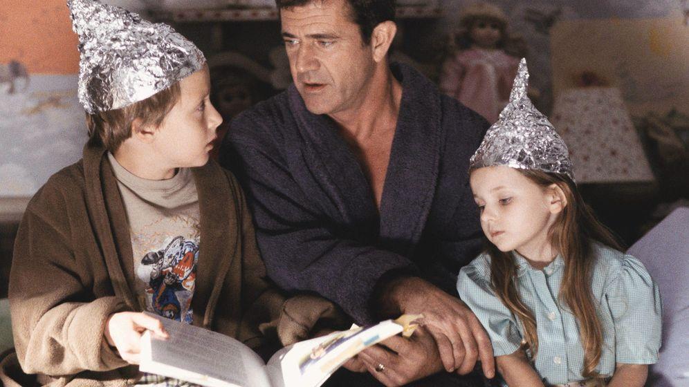 Foto: En la película 'Señales', los hijos de Mel Gibson se 'protegían' de los extraterrestres con una técnica ahora emulada por los movimientos antirradiaciones.