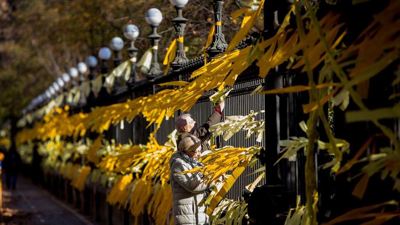 Foto: Lazos amarillos en el parque de la Ciutadella de Barcelona. (EFE)