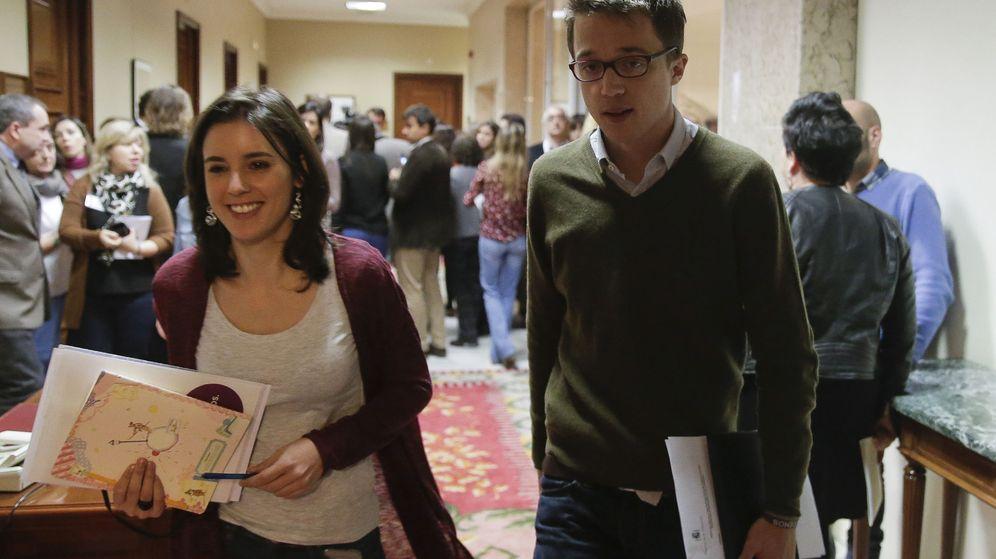 Foto: Los diputados de Podemos Íñigo Errejón e Irene Montero, a su entrada en la junta de portavoces. (EFE)