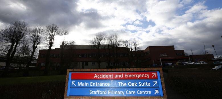 Foto: Un cartel a la entrada del Hospital de Stafford, epicentro del escándalo que ha sacudido a Reino Unido (Reuters)