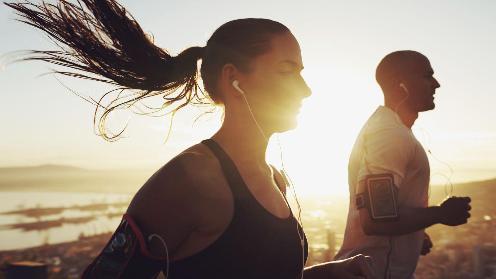 Foto: Cuando salgamos a correr, debemos vigilar qué hemos comido para evitar sustos. (iStock)