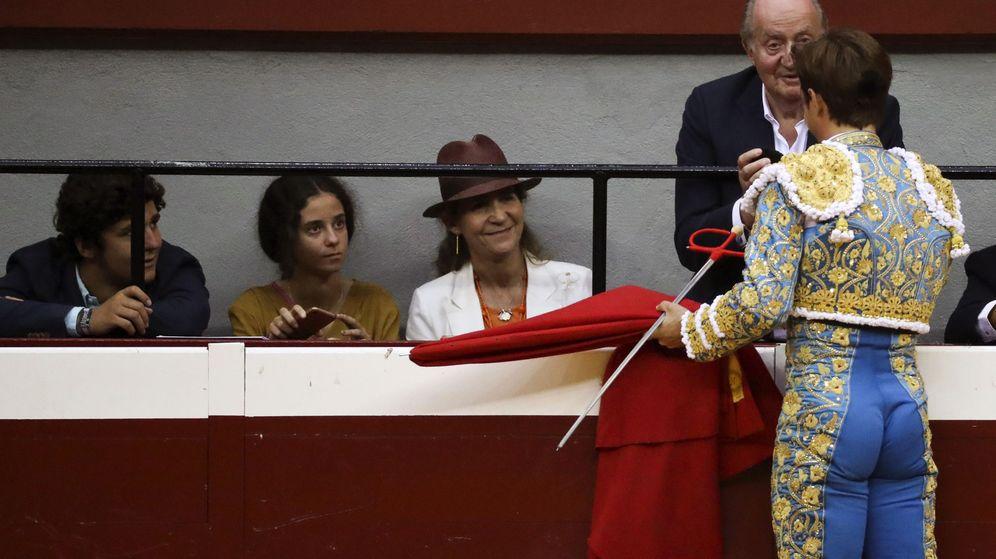 Foto: El diestro Julián López El Juli brinda su segundo toro de la tarde al rey Juan Carlos. (EFE)