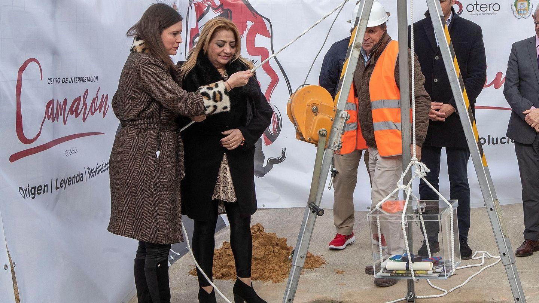 La viuda de Camarón, Dolores Montoya, y la alcaldesa de San Fernando, Patricia Cavada, colocan la primera piedra del museo. (EFE)
