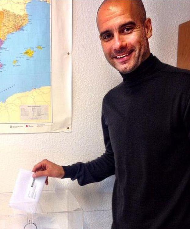 Foto: Pep Guardiola, depositando su voto.