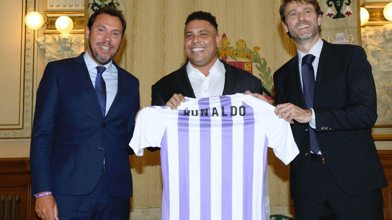 Óscar Puente (izquierda) posa con Ronaldo y la camiseta del Valladolid. (Efe)