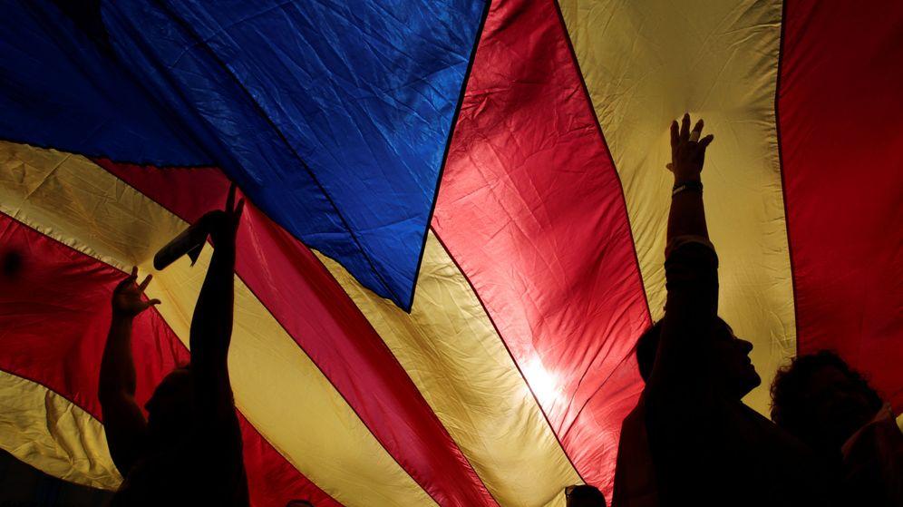 Foto: Separatistas, con una bandera gigante. (Reuters)