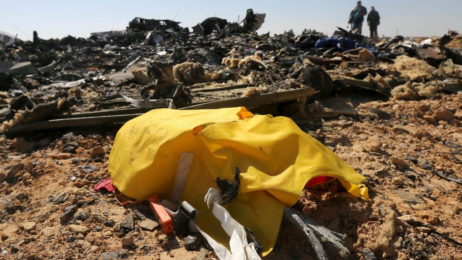 Foto: Investigadores entre los restos del avión ruso siniestrado sobre la península del Sinaí, el 1 de noviembre de 2015 (Reuters).