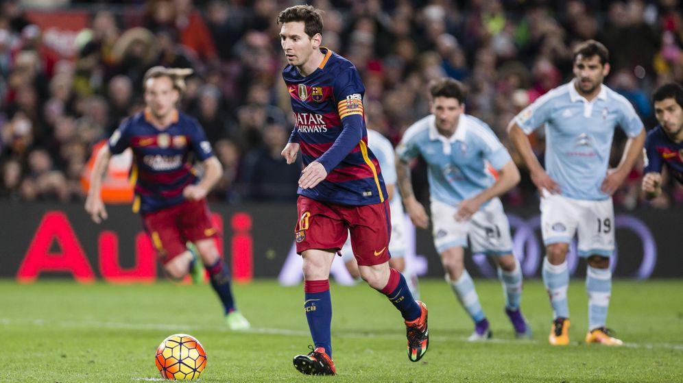 Foto: Messi lanza el célebre penalty ante el Celta el 16 de febrero de 2016 en el Camp Nou. (Cordon Press)