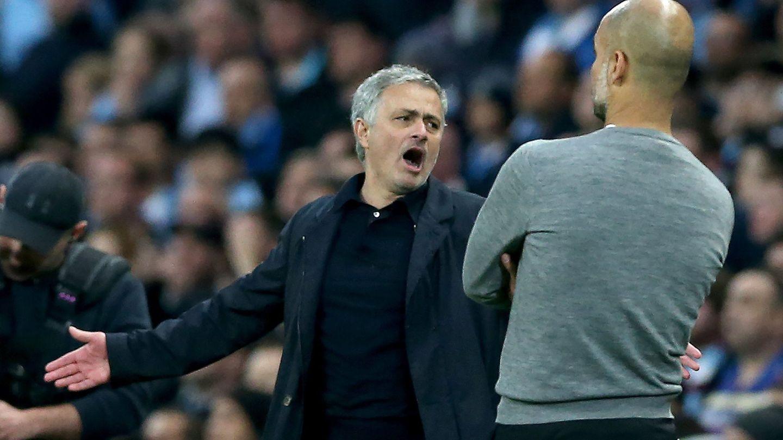 Mourinho y Guardiola, durante el último derbi de Mánchester entre el City y el United. (Reuters)