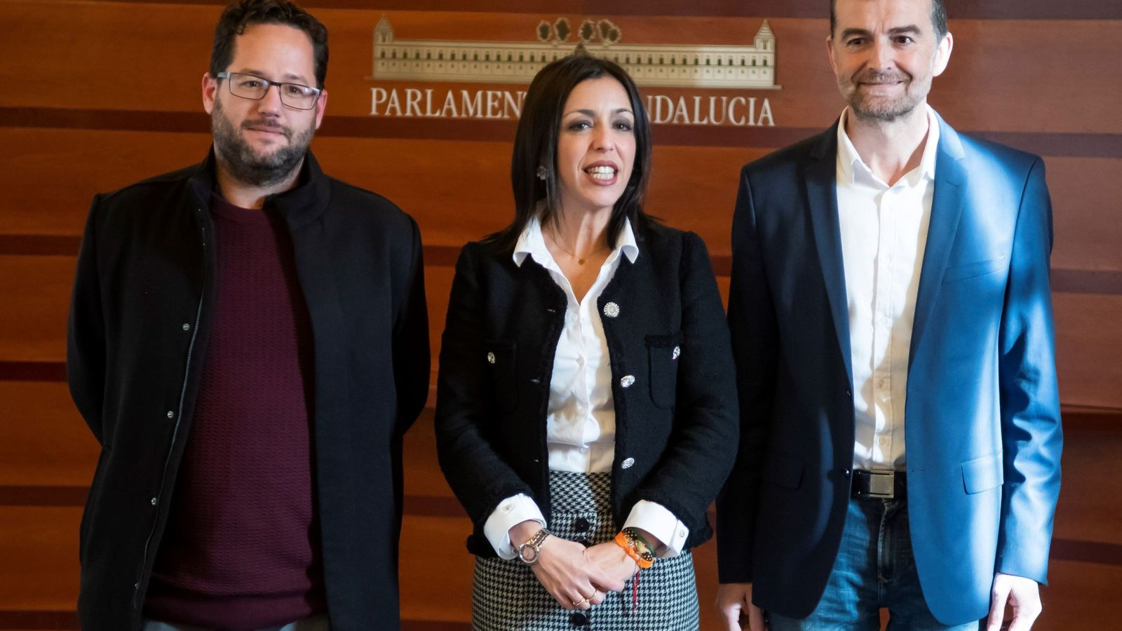Foto: García (i), junto a la presidenta del Parlamento andaluz, Marta Bosquet, y el exlíder de IU (d). (EFE)