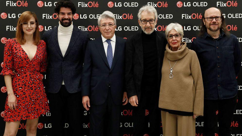 Foto: Enrique Cerezo, bien rodeado en la presentación de FlixOlé (EFE/Mariscal)