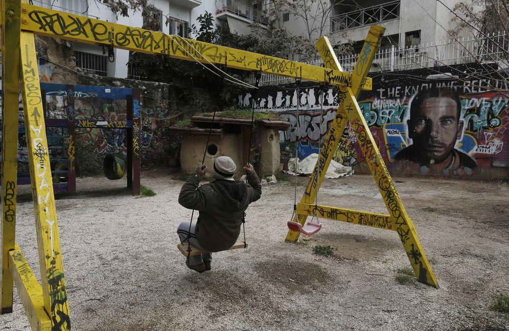Foto: Un inmigrante sobre un columpio en un parque del distrito de Exarchia, en Atenas (Reuters).