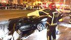 Un enorme socavón se traga dos coches en Madrid