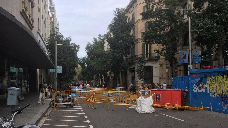 Barricadas en la calle Fontanella, en Barcelona. (Antonio Fernández)