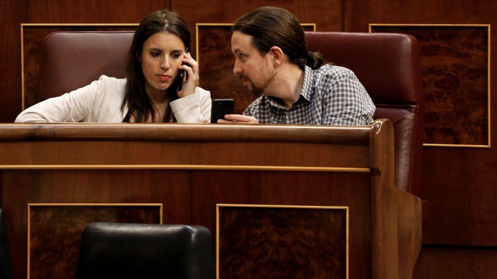 Foto: El líder de Podemos, Pablo Iglesias y la portavoz del grupo confederal, Irene Montero, durante un pleno del Congreso. (EFE)