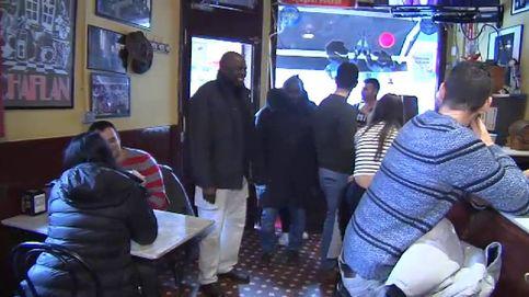 Vecinos y clientes de un bar recaudan dinero para que un inmigrante vaya al funeral de su madre