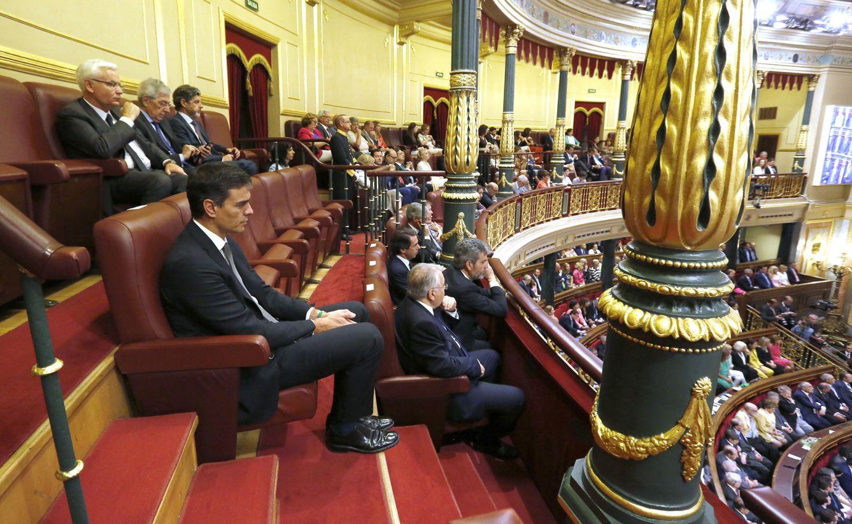 Foto: Pedro Sánchez, detrás de Juan José González Rivas, Carlos Lesmes y José María Aznar, y delante de Ferran Mascarell, este 28 de junio en la tribuna de invitados del Congreso. (EFE)