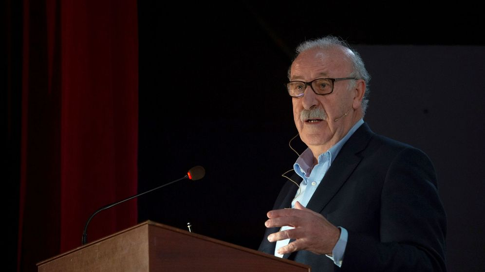 Foto: Vicente Del Bosque, durante una charla en Torrelavega (Cantabria). (EFE)