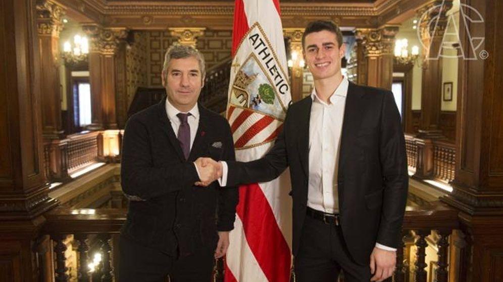 Foto: Urrutia y Kepa, tras el anuncio de renovación. (Athletic Club)