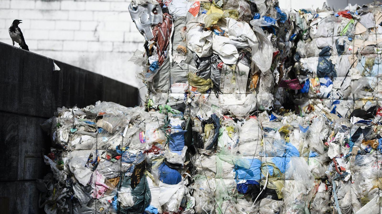 Foto: Montañas de plástico junto a una planta de reciclaje en Berlín, Alemania. (EFE)