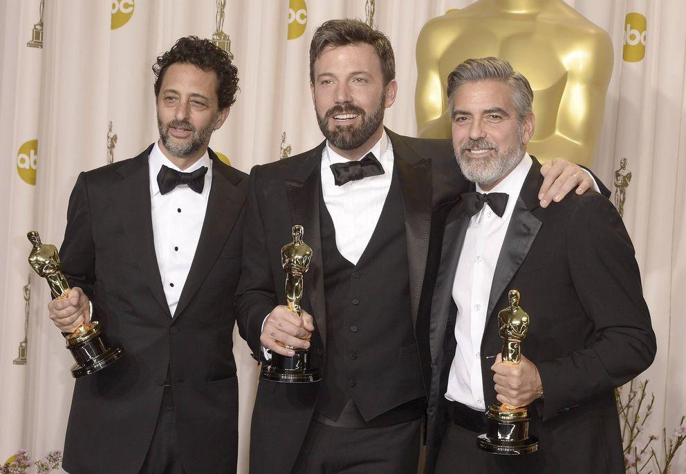 George Clooney, a la derecha, con el Oscar de 'Argo', en la ceremonia del año pasado (EFE)