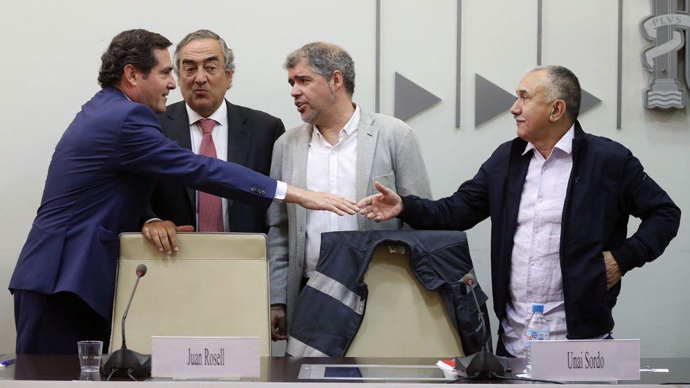 Foto: Los representantes de los sindicatos y las patronales, en la firma del IV AENC. (EFE)