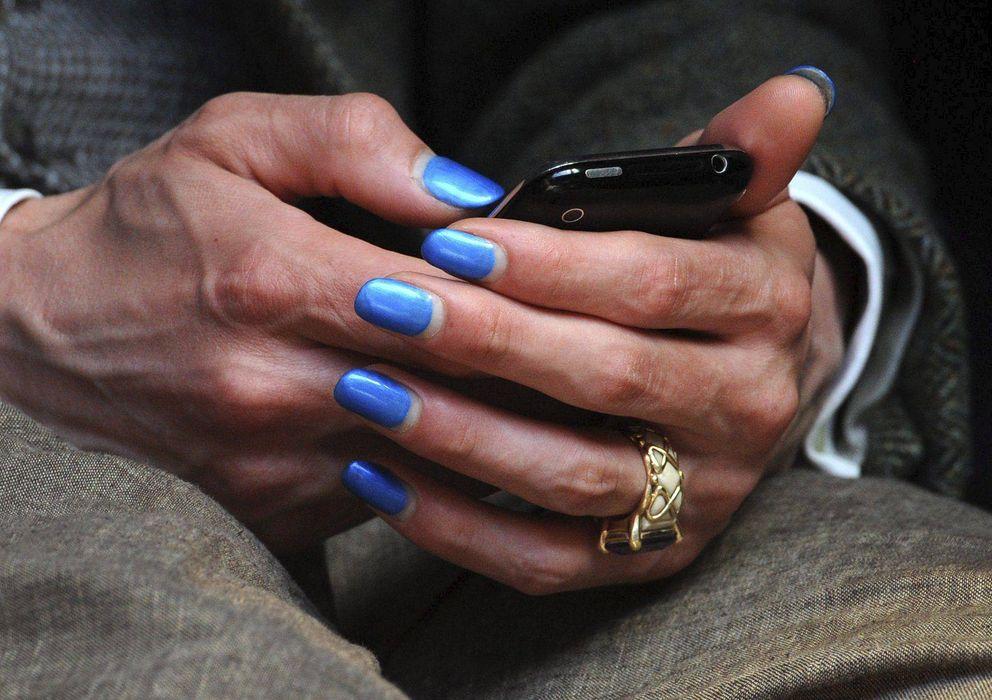 Foto: Una mujer utiliza su teléfono móvil. (EFE)