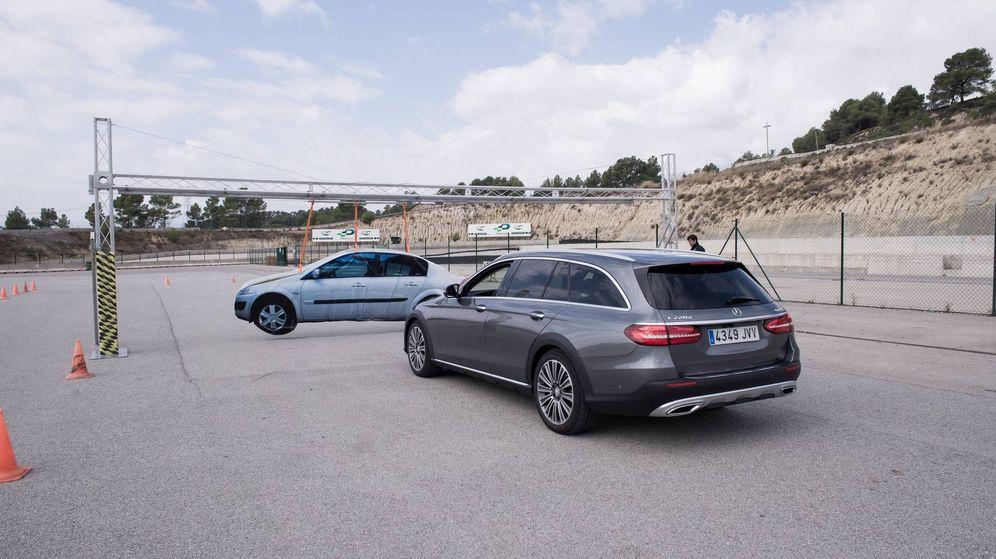 Foto: El Mercedes Clase E frena solo de manera automática al detectar un obstáculo.