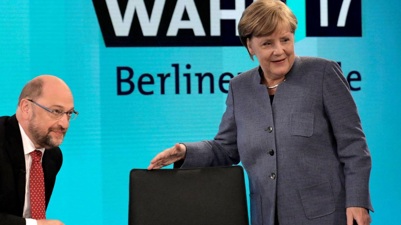 El líder del SPD, Martin Schulz, y la canciller Merkel, en debate tras conocerse los resultados, en Berlín. (Reuters)