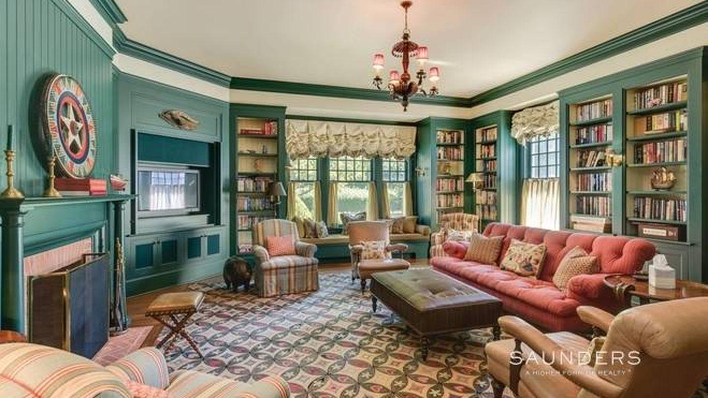 Sala de estar y biblioteca. (NY State MLS)