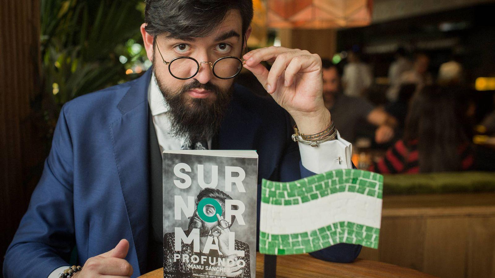 Foto: El humorista Manu Sánchez posa con su libro. (Foto: Julián Sánchez)