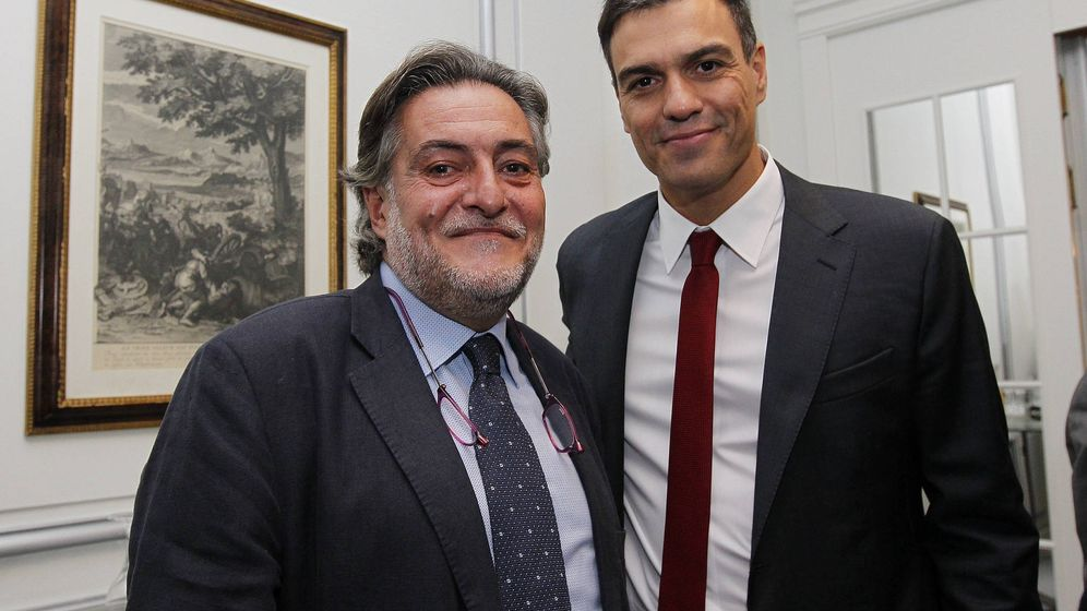 Foto: Pedro Sánchez y el exseleccionador de baloncesto Pepu Hernández, el 2 de octubre de 2014, en el Fórum Europa, Madrid. (Inma Mesa | PSOE)