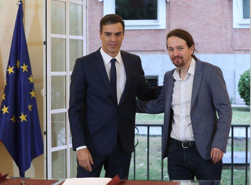Foto: Pedro Sánchez y Pablo Iglesias firman el pacto presupuestario, el pasado 11 de octubre en la Moncloa. (EFE)