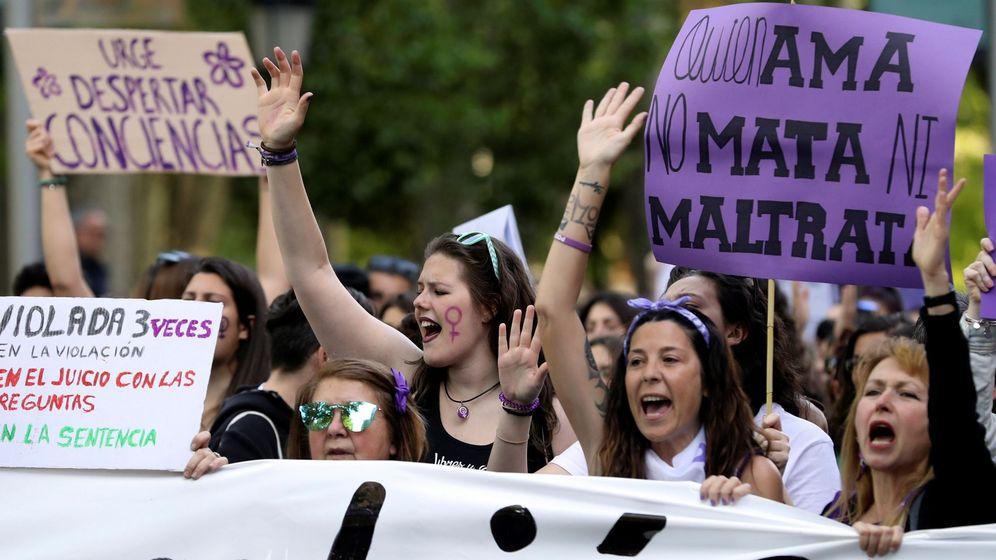 Foto: Manifestación feminista en protesta por la sentencia sobre los cinco miembros de La Manada en Madrid (EFE)