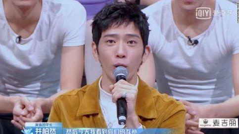 La televisión china borra los pendientes en las orejas de los chicos