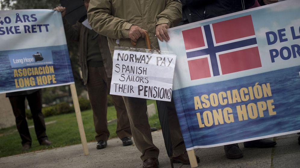 Foto: Foto de archivo de la concentración de exmarineros de Noruega frente a la embajada nórdica en Madrid para reclamar sus pensiones. (EFE)