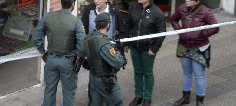 Foto: La portavoz de EH Bildu, Laura Mintegi (i), habla con agentes de la Guardia Civil durante los registros que se han llevado a cabo esta tarde en Bilbao. (EFE)
