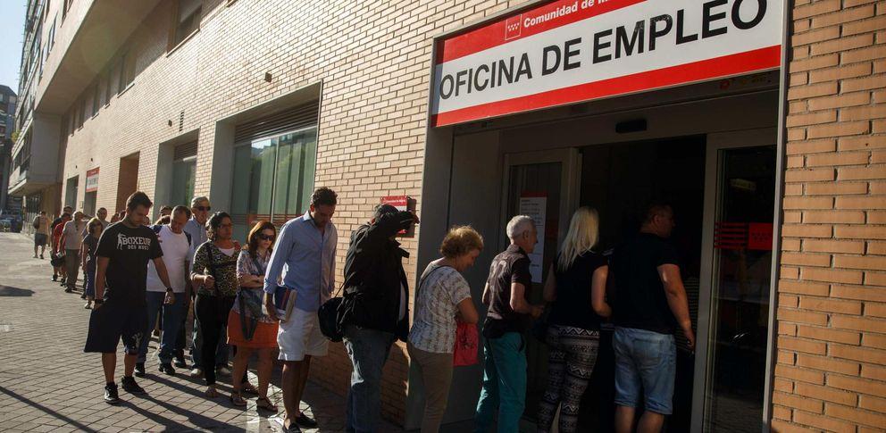 Foto: Varias personas hacen cola para entrar en una Oficina de Empleo de la Comunidad de Madrid (Reuters)