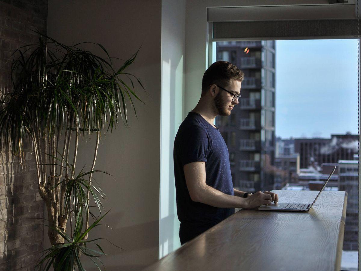Foto: Un hombre trabaja desde su domicilio. (Unsplash)