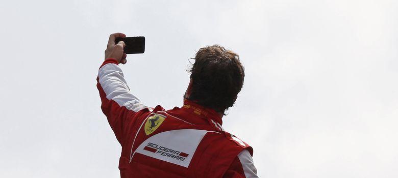 Foto: Fernando Alonso se retrata con los miles de 'tifossi' de fondo.