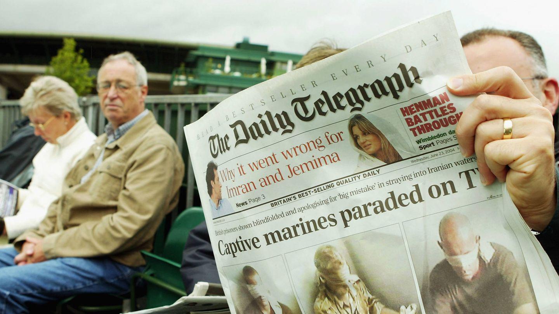 Un inglés leyendo el 'Daily Telegraph' de los hermanos Barclay. (Getty)