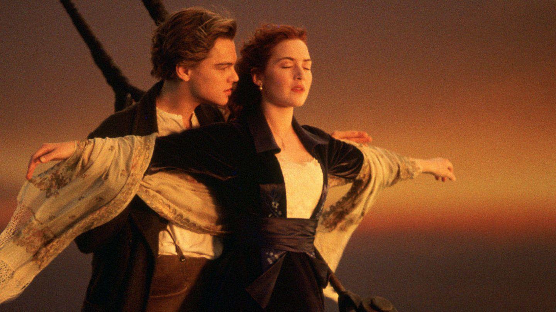 Leonardo DiCaprio y Kate Winslet en una de las escenas más icónicas de 'Titanic'. (Fox)